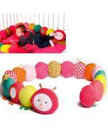 Juliette rollt sich auf, Spielzeug mit Rassel, Spiegel, Schlaufe und es knistert, Lilliputiens